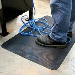 poste de travail avec un Tapis antifatigue confortable à surface striée en exemple