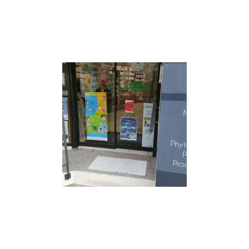 Dalle podotactile avec Bande podotactile extérieur à visser pour la sécurité des locaux et l'accessibilité des PMR