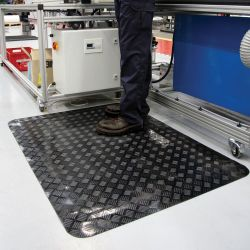 poste de travail avec un Tapis antifatigue ESD à surface en tôle diamant en exemple