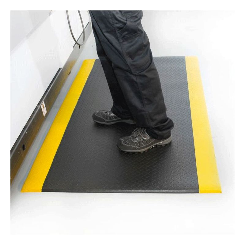 poste de travail avec un Tapis antifatigue tôle diamant en exemple