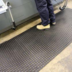 Caillebotis antidérapant en caoutchouc dans notre gamme de Caillebotis industriels