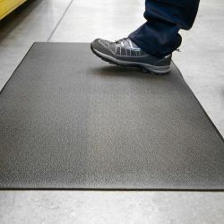poste de travail avec un Tapis antifatigue à surface granuleuse en exemple