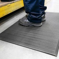 poste de travail avec un Tapis antifatigue à surface striée en exemple